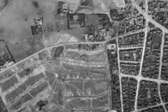 Luftfotografi 1966 af dele af Hasle. Til højre i billedet ses de udstrakte parcelhusområder, medens der endnu er åbent land vest for Viborgvej, hvor der ses nogle få landbrugsejendomme og beskedne spor af den oprindelige landsby. Årtiets voldsomme byvækst illustreres af, at byggemodningen sker i meget store etaper.