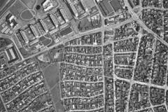 Luftfotografi 1995 af dele af Hasle. Den gamle havebyforstad er nu helt udbygget, og Klokkerbakken føjer sig med fine kvaliteter ind i det grønne bebyggelsesmønster. Ryhavevej er anlagt, og uden for denne er højere hehyggelse vokset frem. Øverst til venstre ses et lille stykke af den nye Åby Ringvej.